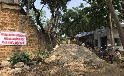 Một con đường bị dân chặn bởi đất đá ở xã Đồng Tâm, huyện Mỹ Đức, Hà Nội. Ảnh chụp ngày 20 tháng 4 năm 2017. AFP photo