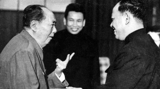 Chủ tịch Trung Quốc Mao Trạch Đông tiếp lãnh đạo Khmer Đỏ Pol Pot (giữa) và Ieng Sary