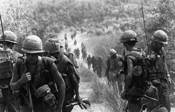 Lính Thủy Quân Lục Chiến của Tiểu đoàn 2. Trung đoàn 9 bước vào phạm vi an toàn của Trung đoàn 4 ngày 30 tháng Bảy năm 1967 sau trận công kích vùng phi quân sự dẫn tới một trận đánh với quân đội Bắc Việt Nam.