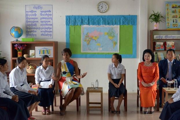 Nguyên đệ nhất phu nhân Michelle Obama (thứ 4 từ trái) và phu nhân thủ tướng Hunsen thăm một trường học ở Siem Reap vào ngày 21 tháng 3 năm 2015
