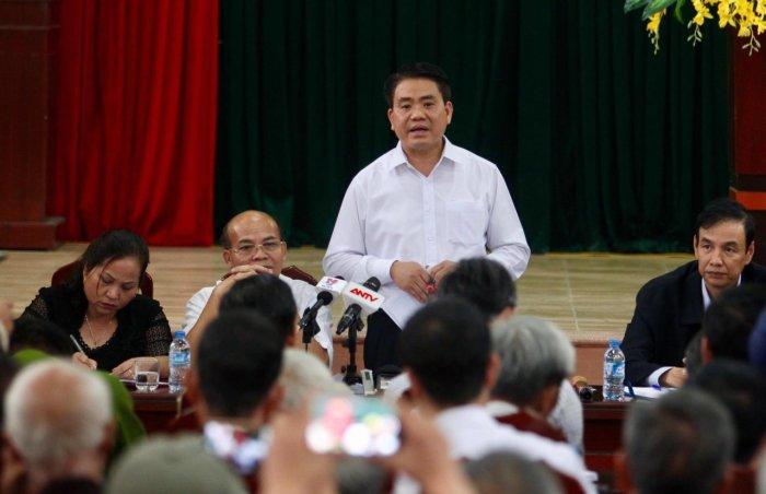Chủ tịch Hà Nội Nguyễn Đức Chung trong cuộc đối thoại ngày 22/4 với người dân Đồng Tâm. Ảnh: Nguyễn Khánh/Tuổi Trẻ
