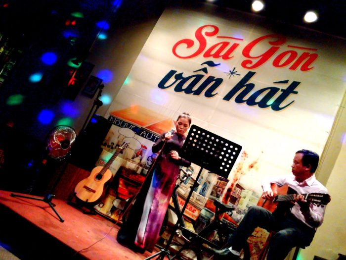 Phòng trà ca nhạc hiện nay mô phỏng không gian Sài Gòn trước 1975.(Hình: An Nam/Người Việt)