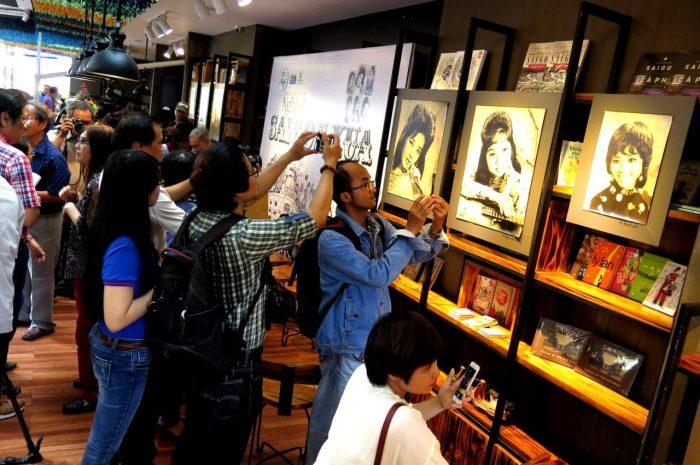 Nơi trưng bày hình ảnh các ca nghệ sĩ một thời của Sài Gòn trước 1975 được dân chúng đặc biệt quan tâm. (Hình: An Nam/Người Việt)