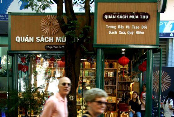 Một cửa hàng kinh doanh sách xưa quý hiếm mà phần lớn là của Sài Gòn. (Hình: An Nam/Người Việt)