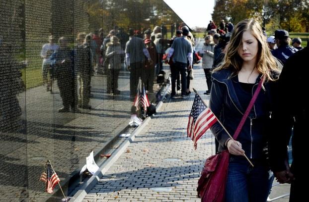 Bức tường khắc tên những chiến binh Mỹ tử trận ở Việt Nam, tại Washington, DC. Ảnh chụp ngày 11/11/2016.