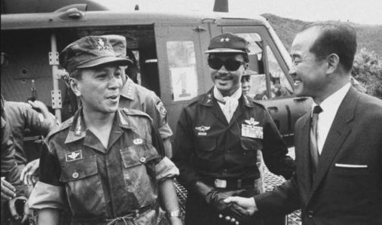 Nguyễn Văn Thiệu và Nguyễn Cao Kỳ sau một trận đánh thắng năm 1966. Co Rentmeester/The LIFE Picture Collection.