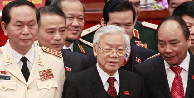 ổng bí thư Nguyễn Phú Trọng (giữa) Thủ tướng Nguyễn Xuân Phúc (phải) và Bộ trưởng Công an Trần Đại Quang (trái) tại lễ bế mạc Đại hội Đảng toàn quốc lần thứ XII ngày 28 tháng 1 năm 2016.