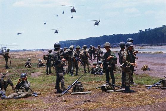 Lính Dù VNCH chờ trực thăng vận đến An Lộc (16/04/1972)