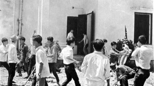 Huế, 1-6-1966, sinh viên Phật tử Huế biểu tình bạo động xé cờ Mỹ trước khi đốt Tòa Tổng Lãnh Sự Mỹ trên đường Đống Đa
