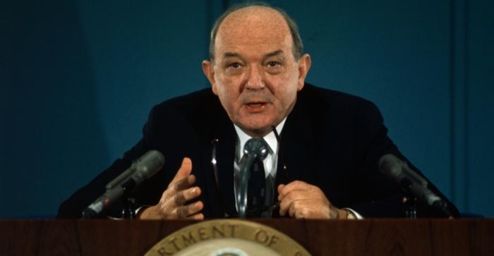 Bộ trưởng Ngoại giao Dean Rusk, 1968, nói chuyện trong một cuộc họp báo về về tiến bộ đạt được trong đàm phán ở Paris về Việt Nam.