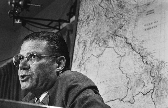 Bộ trưởng Quốc phòng Mỹ McNamara trong một buổi họp báo về kế hoạch xây dựng hàng rào điện tử giữa Bắc và Nam Việt Nam năm 1967. Ảnh: AP