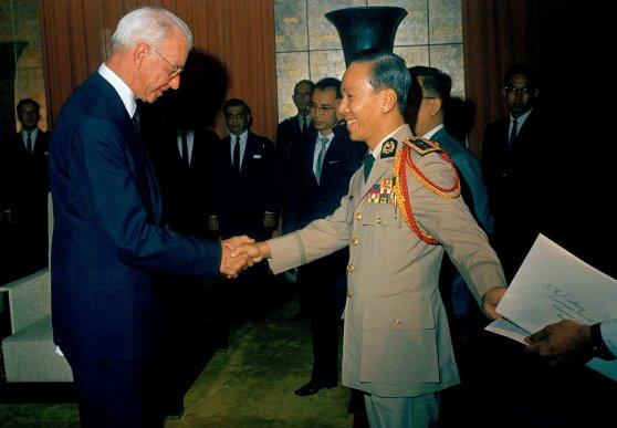 Đại sứ Ellsworth Bunker trình quốc thư lên Tổng thống Nguyễn Văn Thiệu ngày 28/04/1967.