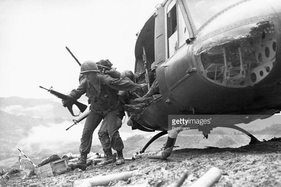 """Lính Dù tăng viện trong trận """"Đồi Thịt Băm"""" ngày 18 tháng Năm năm 1969"""