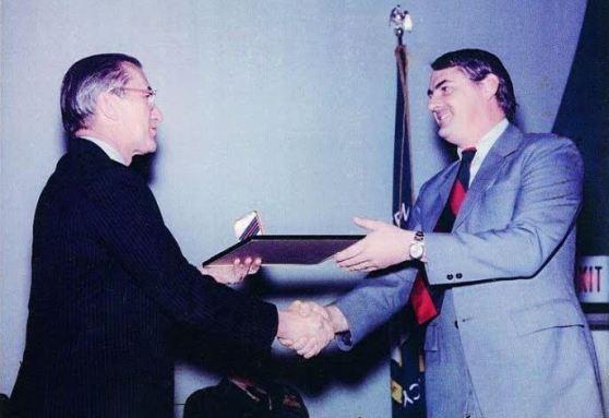 Ông James Parker (phải) nhận huy chương Intelligence Medal of Merit từ ông William Colby, giám đốc CIA, năm 1975. (Hình: James Parker cung cấp)
