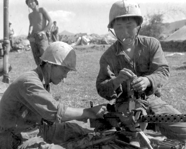 Lính TQLC Đại Hàn đang chuẩn bị vị trí phòng thủ ở gần Tuy Hòa