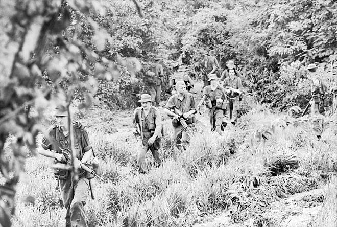 Lính của Trung đoàn 6 RAR hành quân tìm kiếm Việt Cộng rút lui vào buổi sáng sau trận Long Tân (18-19/06/1966).