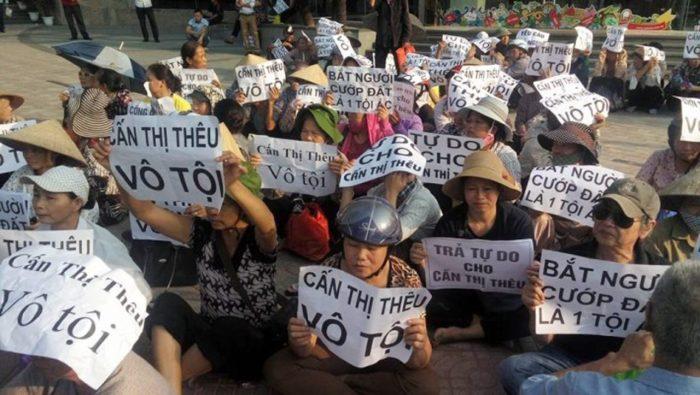 """Hàng chục phụ nữ biểu tình bên ngoài tòa án ở Hà Nội khi bà Cấn Thị Thêu bị đưa ra xử ngày 20 Tháng Chín, 2016, với cáo buộc """"Gây rối..."""" (Hình: GnsP)"""