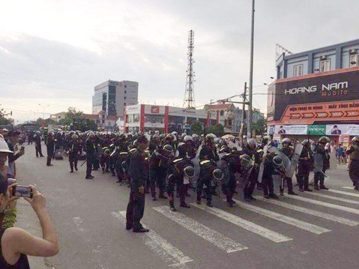 Hàng trăm cảnh sát cơ động đứng chờ lệnh đàn áp đoàn người biểu tình trước trụ sở huyện Diễn Châu, tỉnh Nghệ An, ngày 15 Tháng Năm, 2017, khi họ đòi trả tự do cho ông Hoàng Đức Bình bị công an bắt cóc. (Hình: Facebook JB Nguyễn Hữu Vinh)