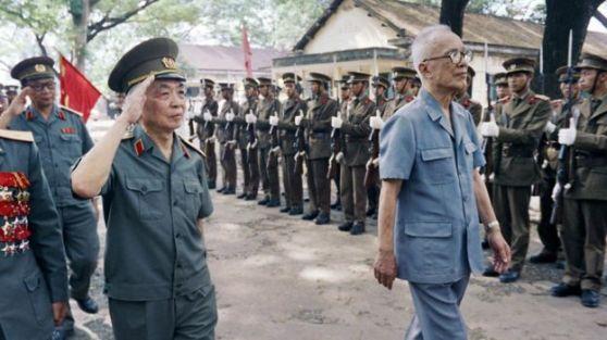 Đại tướng Võ Nguyên Giáp tiếp đoàn quân Việt Nam trở về từ Campuchia hôm 28/9/1989
