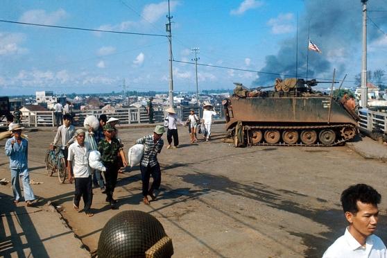 Người dân chạy giặc trên Cầu Chữ Y trong Tết Mậu Thân 1968