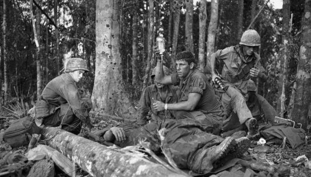 Truyền dịch cho lính Mỹ bị thương tại chiến trường Dak To. Nguồn: GettyImage