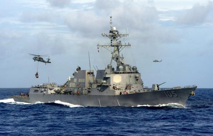 Khu trục hạm USS Dewey nhận tiếp liệu trên biển. (Hình: US Navy)