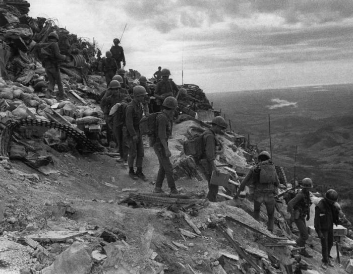 Quân đội Nam Việt Nam khời hành đi tuần tra từ căn cứ hỏa lực Fuller, một vị trí trên đỉnh đồi cách khu phi quân sự bốn dặm về phía Nam, vào ngày 20 tháng 7 năm 1971.