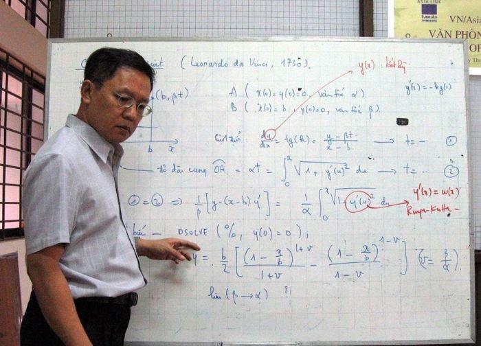 Giáo Sư Phạm Minh Hoàng giảng dạy tại Đại Học Bách Khoa Sài Gòn năm 2006. (Hình: Facebook Lê Nguyễn Hương Trà)