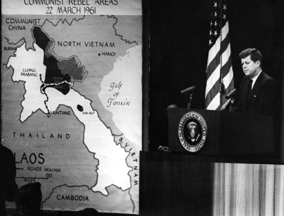 Tổng thống John F. Kennedy đang thảo luận về Lào trong một cuộc họp báo ngày 23 tháng 3 năm 1961.