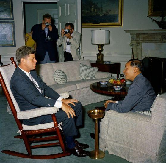 Tổng thống John F. Kennedy gặp ông Nguyễn Đình Thuận, Ngoại trưởng phụ trách An ninh Việt Nam.