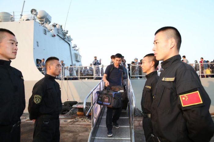 Hải Quân Trung Quốc đón các kiều dân được di tản từ Yemen đến căn cứ ở Djibouti hồi Tháng Ba, 2015. Trung Quốc gia tăng ảnh hưởng quân sự trên khắp thế giới sẽ khiến tranh chấp chủ quyền ở Biển Đông trở nên nan giải hơn. (Hình: Tân Hoa Xã)