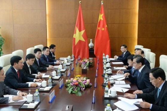 ộ trưởng Ngoại giao Trung Quốc Vương Nghị và Bộ trưởng Ngoại giao Việt Nam Phạm Bình Minh trong một cuộc họp tại Bộ Ngoại giao Bắc Kinh vào ngày 18 tháng 4 năm 2017.