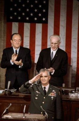 Tướng William Westmoreland xuất hiện trước một phiên họp chung của Quốc hội vào năm 1967.