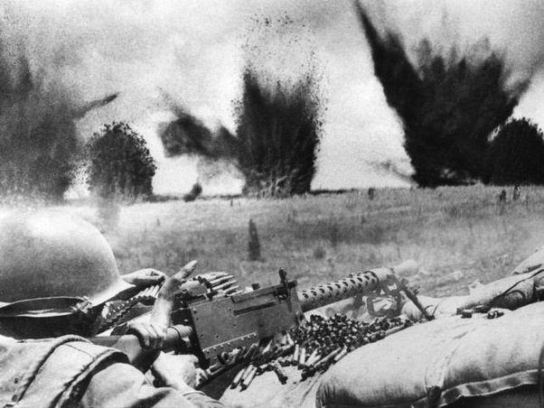 Không quân Hoa Kỳ tạo một tấm màn chắn bằng mảnh bom và chất nổ chỉ cách vòng ngoài của Khe Sanh khoảng 200 feet. Khe Sanh, tháng Ba 1968