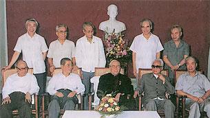 Hàng ngồi từ trái sang: Ông Võ Chí Công, Nguyễn Văn Linh, Lê Đức Thọ, Phạm Văn Đồng, Đỗ Mười.