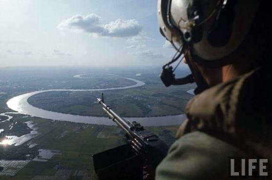 Trực thăng bay tuần tiểu trên đồng bằng sông Cửu Long (Long An), 1967
