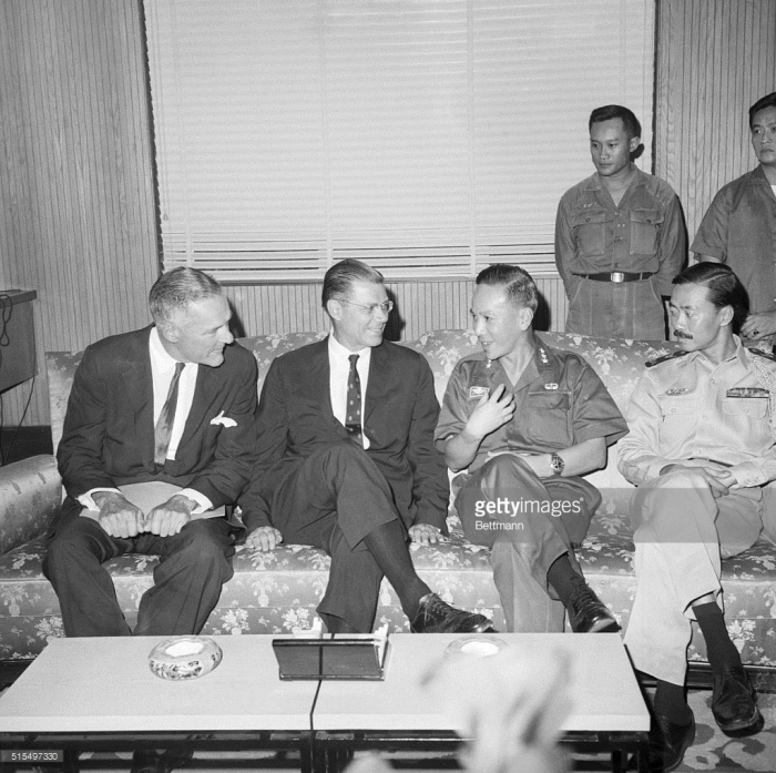 McNamara và Lodge nói chuyện với Quốc trưởng Nguyễn Văn Thiệu và Thủ tướng Nguyễn Cao Kỳ. Sài Gòn ngày 16 tháng 7 năm 1965.