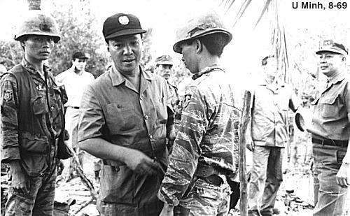 Tổng thống Nguyễn Văn Thiệu thăm một đơn vị TQLC tại U Minh tháng 8,1969