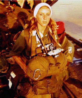 Nữ phóng viên Catherine Leroy đang chuẩn bị nhảy dù cùng với Lữ đoàn Dù 173 trong chiến dịch Junction City.
