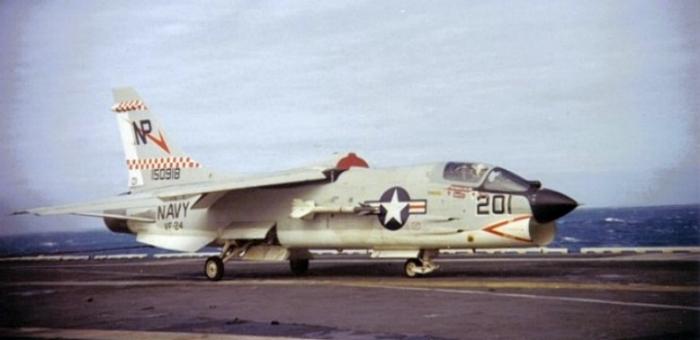 Một chiếc F-8 đang trở về tàu sân bay Hancock trong Vịnh Bắc Bộ.