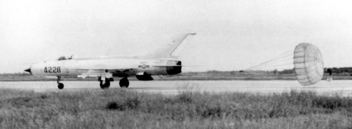 Máy bay tiêm kích MIG-21