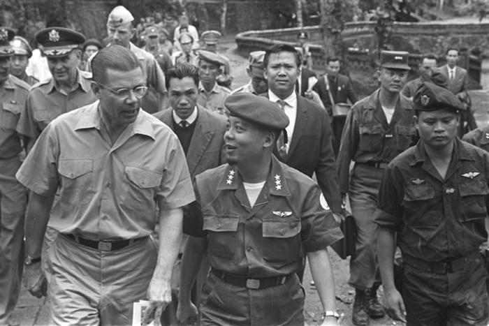 McNamara, Tướng Taylor, Tướng Nguyễn Khánh và Henry Cabot Lodge ở Huế, tháng Ba1964