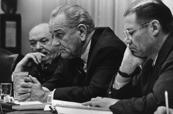 Tổng thống Lyndon Johnson với Robert McNamara và Dean Rusk năm 1967.