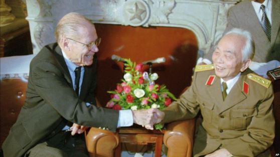 Tướng Giáp trong một lần tiếp cựu Bộ Trưởng Quốc Phòng Hoa Kỳ, Robert McNamara.