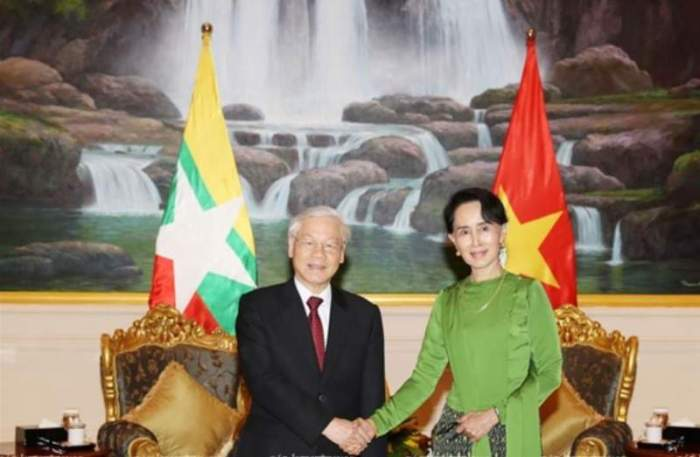 Tổng Bí Thư Nguyễn Phú Trọng bắt tay bà Aung San Suu Kyi hôm 25 Tháng Tám. (Hình: TTXVN)