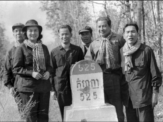 Sihanou (thứ hai từ bên phải) và Khieu Samphan (thứ ba từ bên trái) đứng cạnh một cột mốc