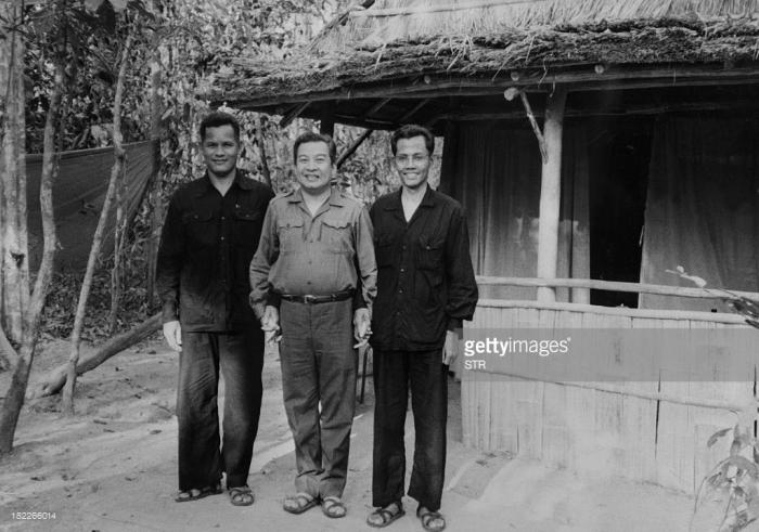Norodom Sihanouk ngày 12 tháng 4 năm 1973 cùng với Hou Youn (trái) và Son Sen (phải)