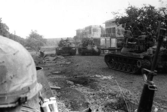 Lính của Trung đoàn Kỵ binh Bọc thép 11 Mỹ vào thị trấn Snuol, Campuchia, 4 tháng 5 năm 1970