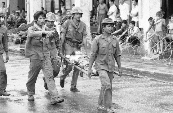 Một người lính bị thương nặng đang được mang đến trực thăng cấp cứu ở Kompong Cham, tháng 9 năm 1973