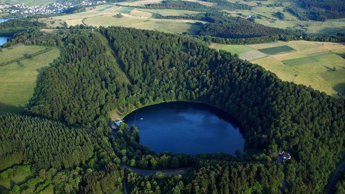 Vùng Eifel miền Tây nước Đức với những miệng núi lửa